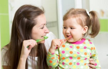Es importante crear el hábito de cepillar los dientes desde pequeños.