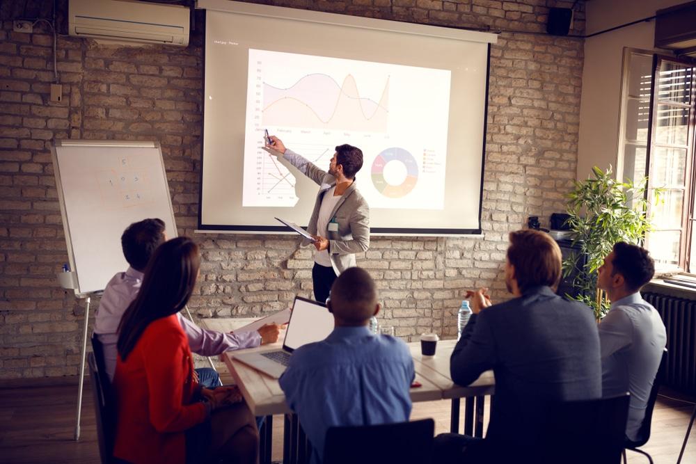 El briefing es un documento informativo que sirve de guía para desarrollar una campaña de marketing.
