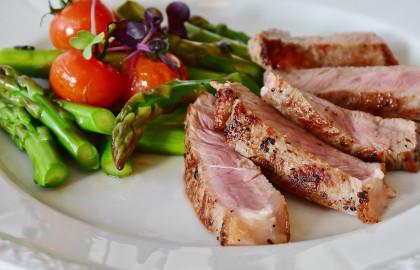 El valor calórico indica la cantidad de energía que proporcionan los alimentos al metabolizarse.