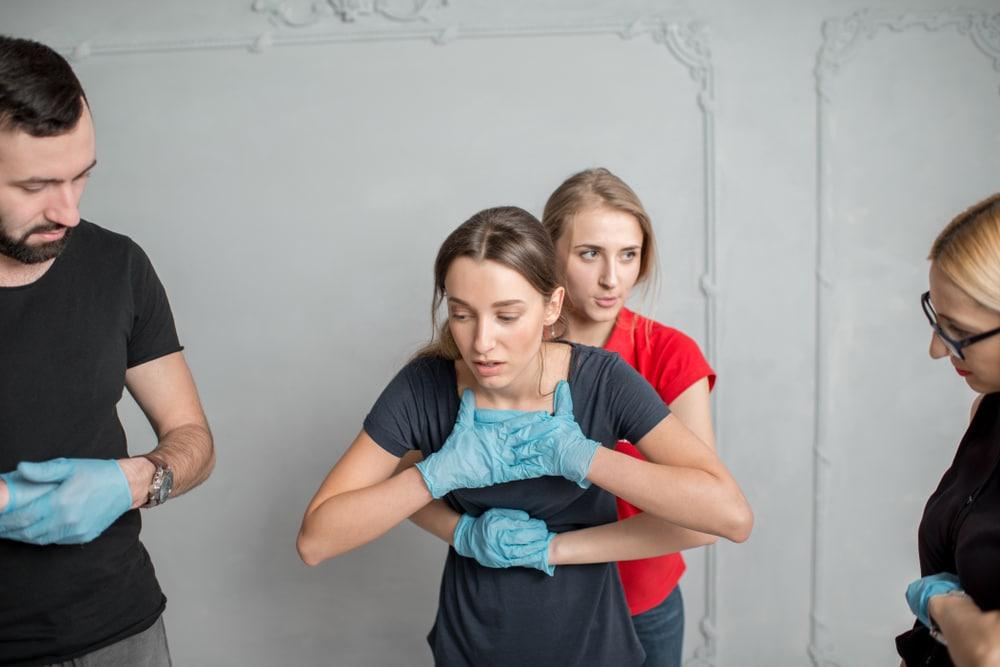 La maniobra de Heimlich es una técnica de primeros auxilios para desobstruir el conducto respiratorio.