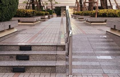 Una rampa es una alternativa para eliminar la barrera arquitectónica que representan las escaleras.