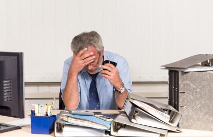 El síndrome del burnout consiste en la sensación de agotamiento y pérdida de interés por la actividad laboral.