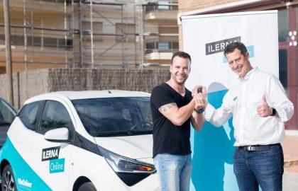 Rafael Tirado, ganador del coche, junto con Jordi Giné, CEO de ILERNA Online